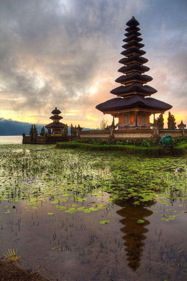 Ulun Temple on Lake Bratan_Bali_ ⓒ Jimmy McIntyre_Wikimedia