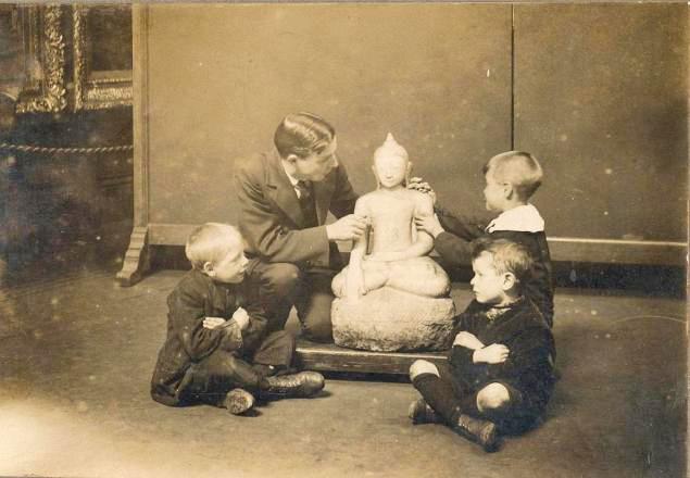 Blind children examining Buddha_Sunderland_Museum_1913 _ ⓒ Wikimedia
