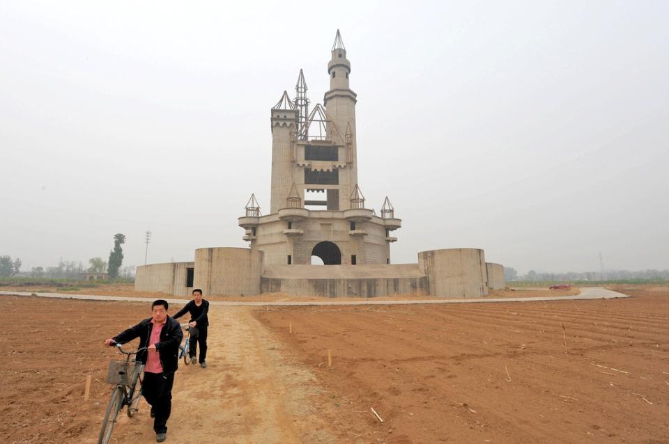 "abandoned theme-park ""Wonderland"" near Beijing_ ⓒ Tormod Sandtorv, Wikimedia"