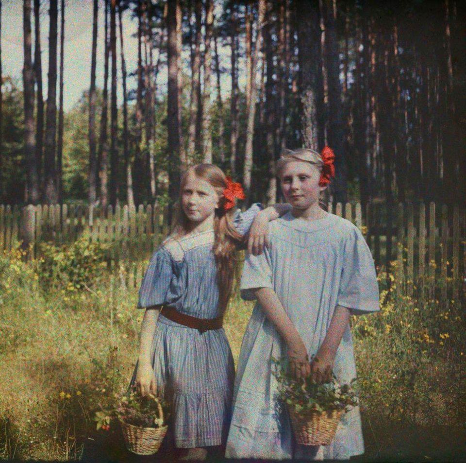 Anna_Iwaszkiewicz_with_Maria_Wysocka_color_photograph-_Stanisław_Wilhelm_Lilpop
